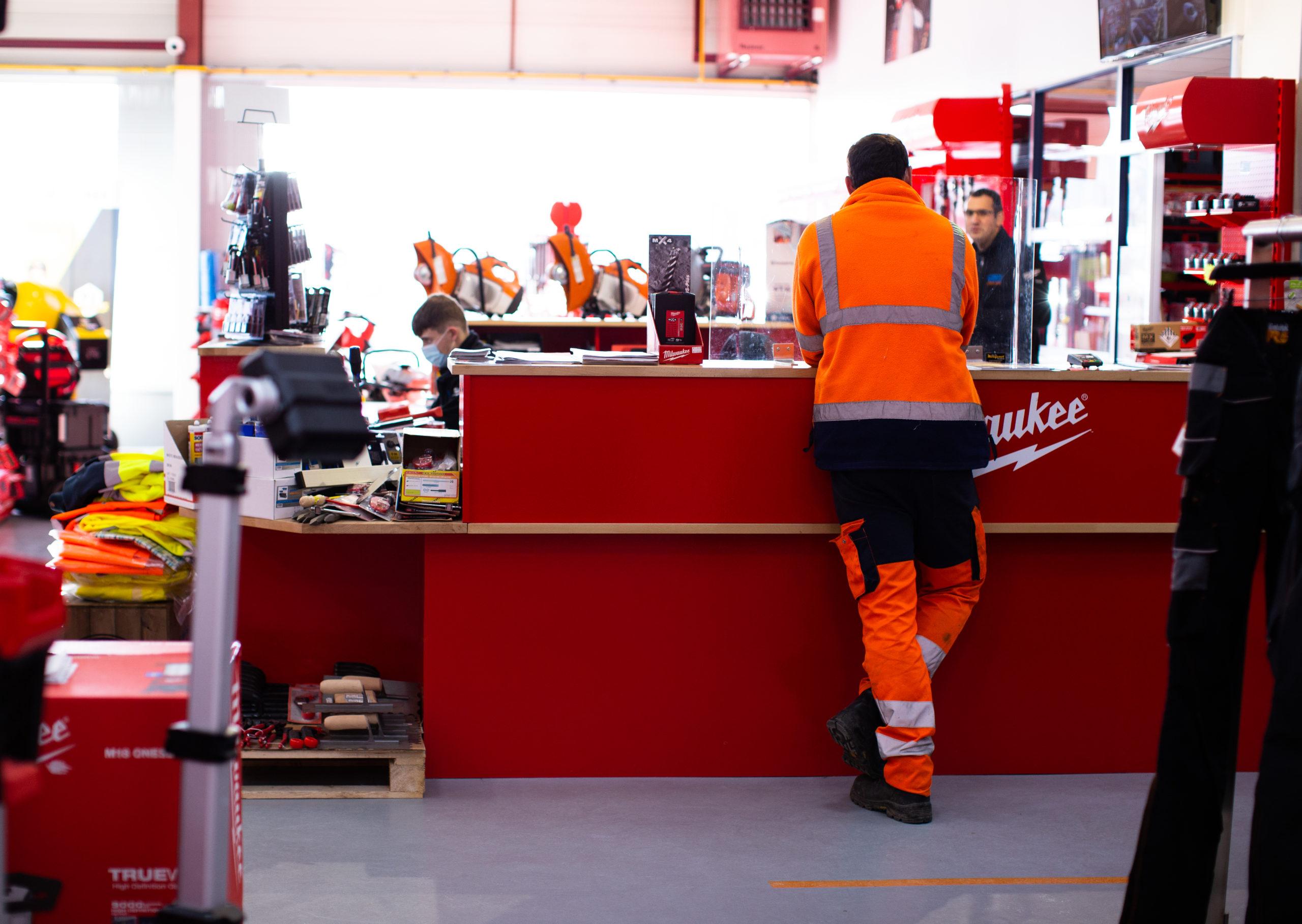 Photo d'un client à la caisse à outils